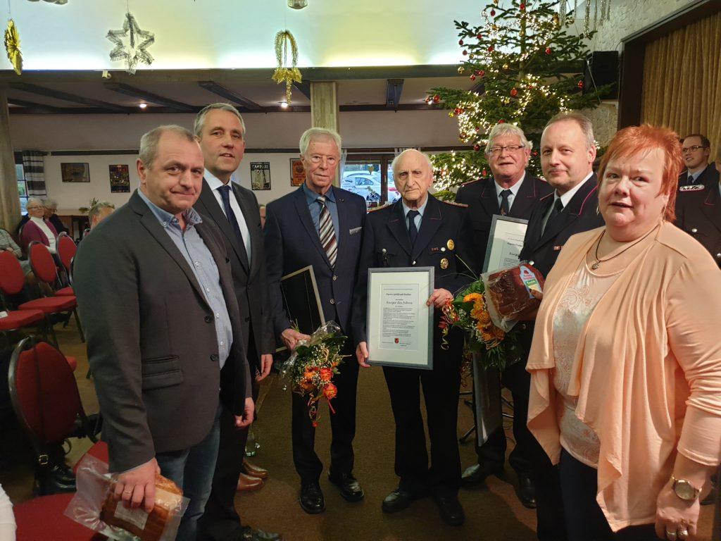 Die geehrten Ortsbrandmeister mit Senior Gottfried Becker in der Mitte, umrahmt von Klaus Becker, René Weiler-Rodenbäck und Christa Kleen-Koopmann