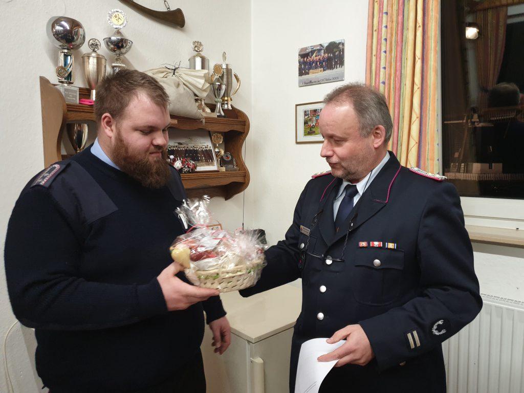Fleißigster Feuerwehrmann 2019 - Sebastian Post erhält für seinen Einsatz ein kleines Präsent