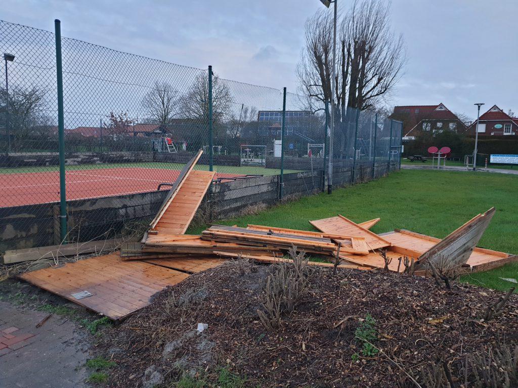 Die Hütte am Tennisplatz ist zu Bruch gegangen
