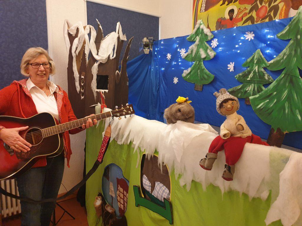 "Wichtel ""Winni"" war die Hauptfigur in ""Kaleidoskop"". Marie Meents begleitete mit der Gitarre"