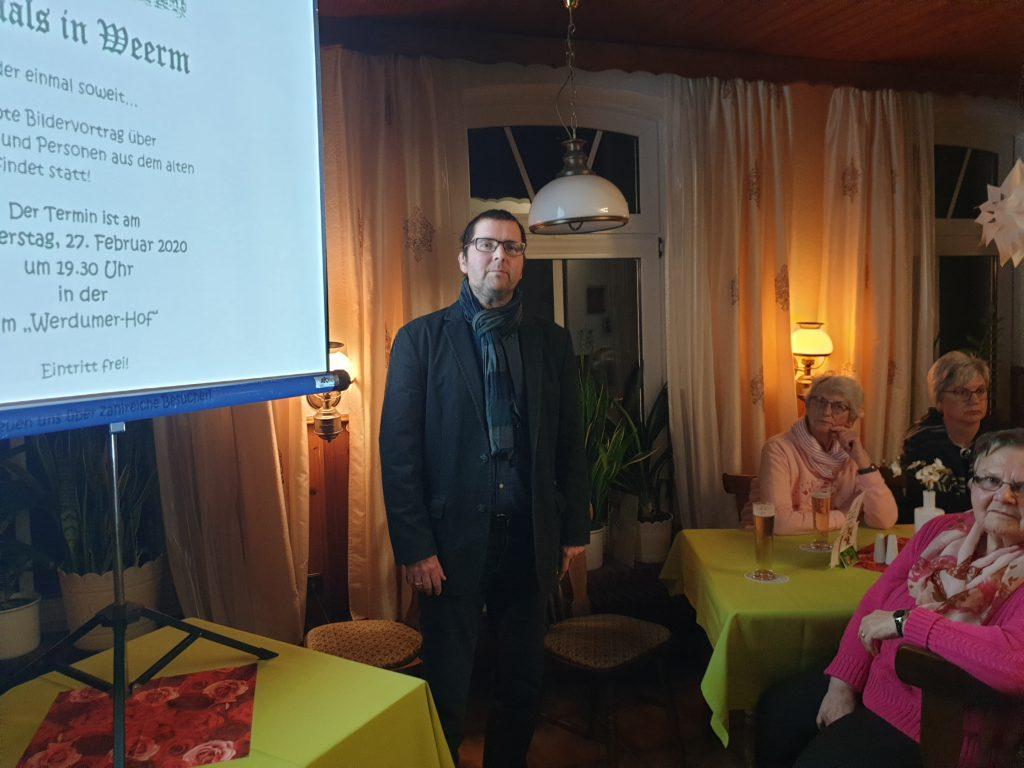 Rainer Hinrichs begrüßt die Gäste