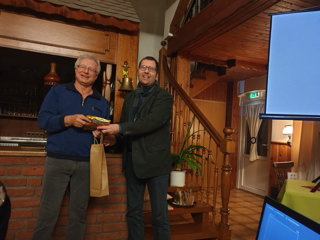 Rainer Hinrichs dankt dem Vortragenden Johann Pieper