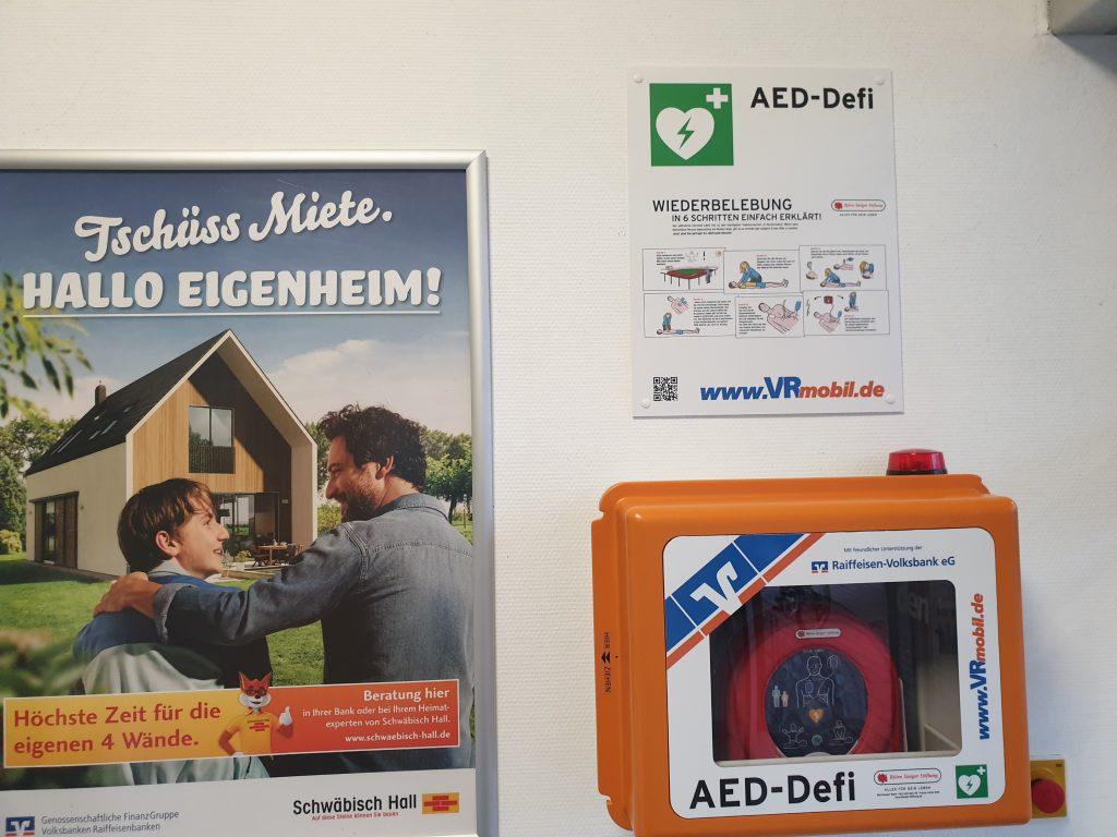 direkt rechts im Eingangsbereich hängt der Defibrillator