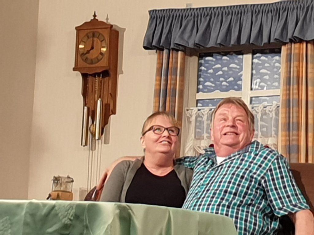 """""""Haben wir`s nicht schön in unserer neuen Stube"""" freuen sich Polizeihauptwachtmeister Jakob Müller und Ehefrau Gertrude"""