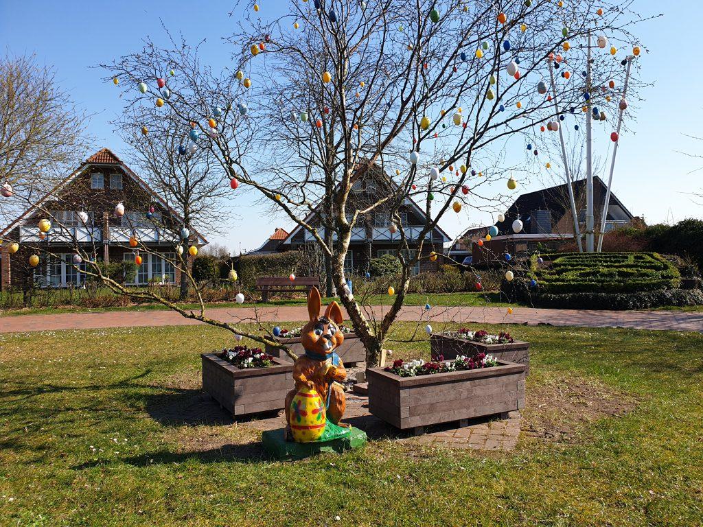 Der Osterbaum steht wieder auf dem Dorfplatz - vom Osterhasen bewacht