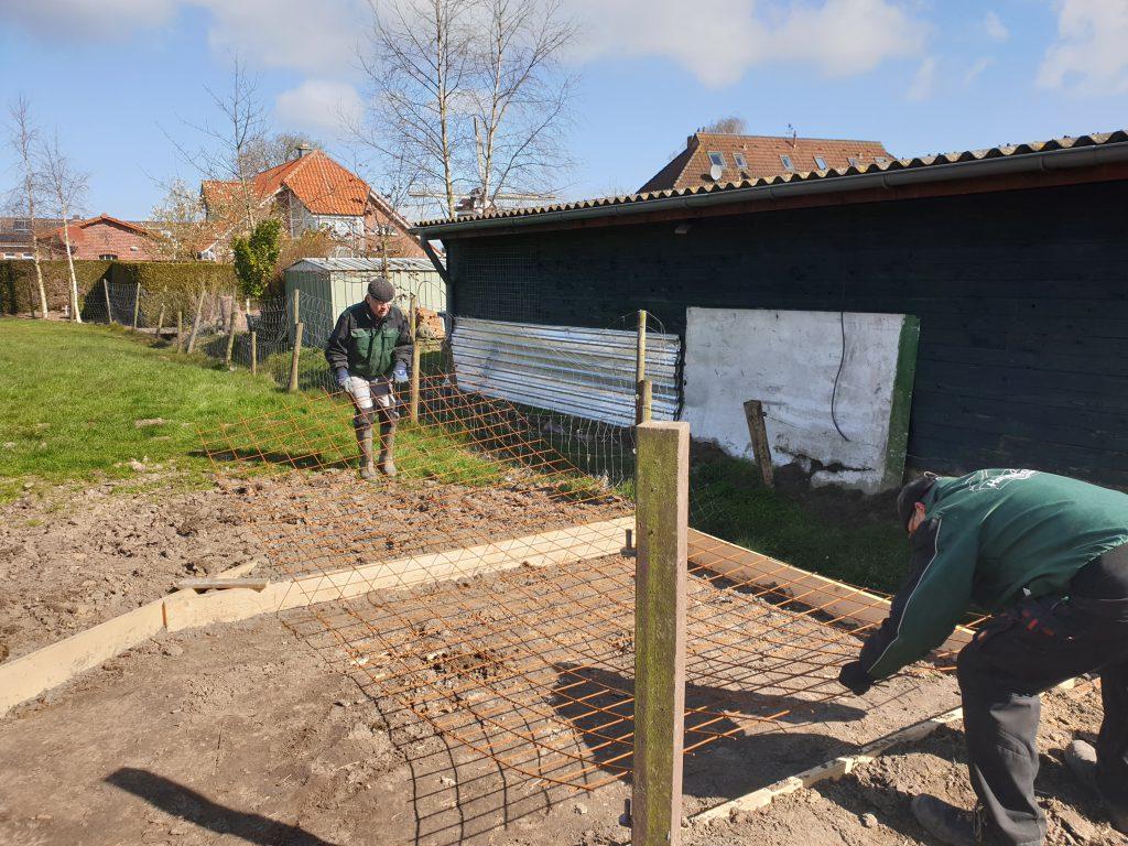 Detlev Reupert und Heinz Olbertz bereiten die Bodenplatte vor