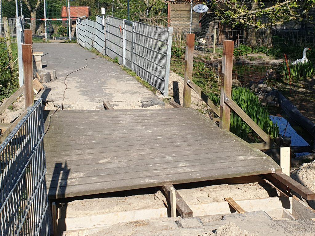Unter der hochgelegten Brücke über den kleinen Teich wird das Fundament erneuert