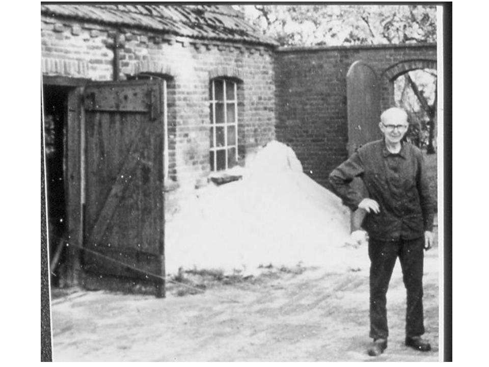Schmiedemeister Erich Eden Anfang der 1980er Jahre neben seiner Schmiede noch in der Hogewarfstraße