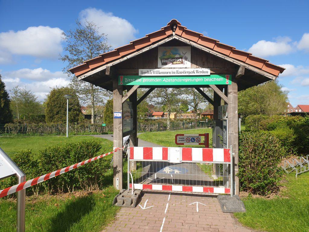 Heute ist der Park noch geschlossen, morgen ist die Schranke weg