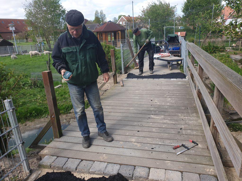 Heinz Olbertz und Detlev Reupert bei den letzten Arbeiten an der kleinen Brücke