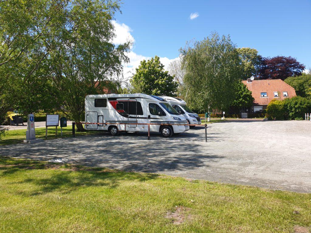 Auf dem kleinen idyllischen Wohnmobilstellplatz können derzeit nur drei Fahrzeuge abgestellt werden