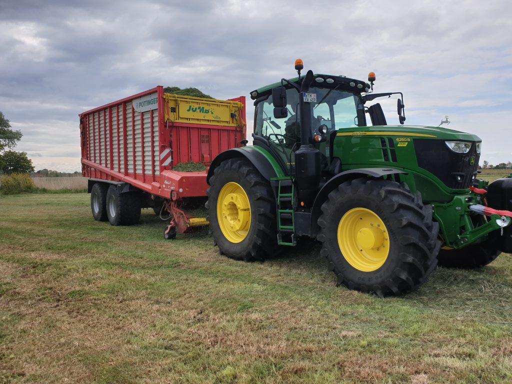 Der Ladewagen der Fa. Wilken nimmt das Gras auf und befördert es zum Hof