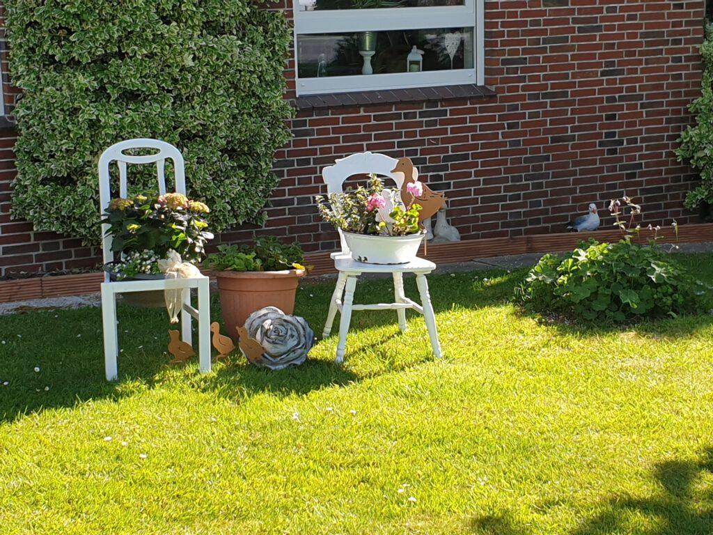 Edith Kuhns schön dekorierter Vorgarten an der Edenserlooger Straße