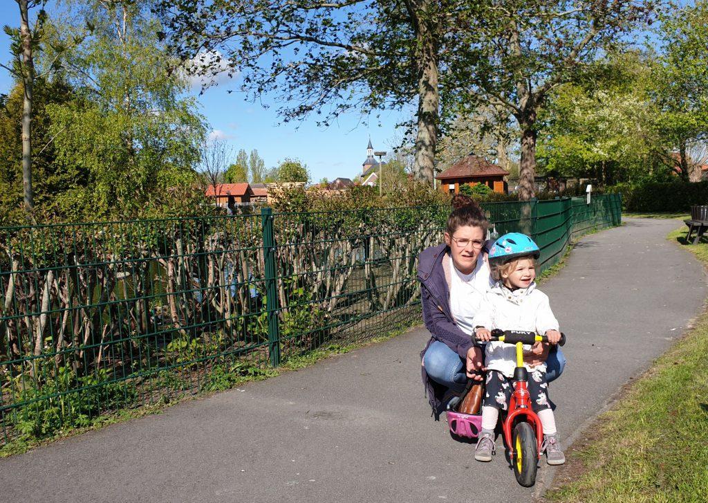 Sandra Agena mit Tochter Emma hat schon mal den ersten Rundgang gemacht