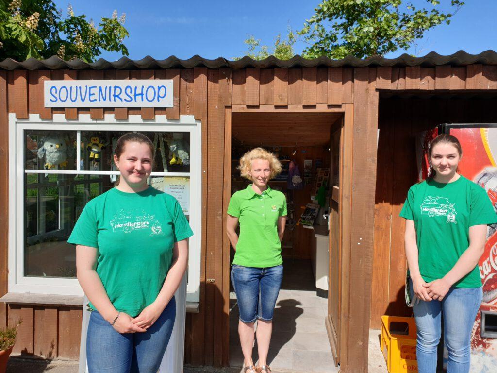Maja Becklönne, Katy Sandmann und Nele Sindern betreiben seit einigen Tagen den Info-Stand im Haustierpark wieder