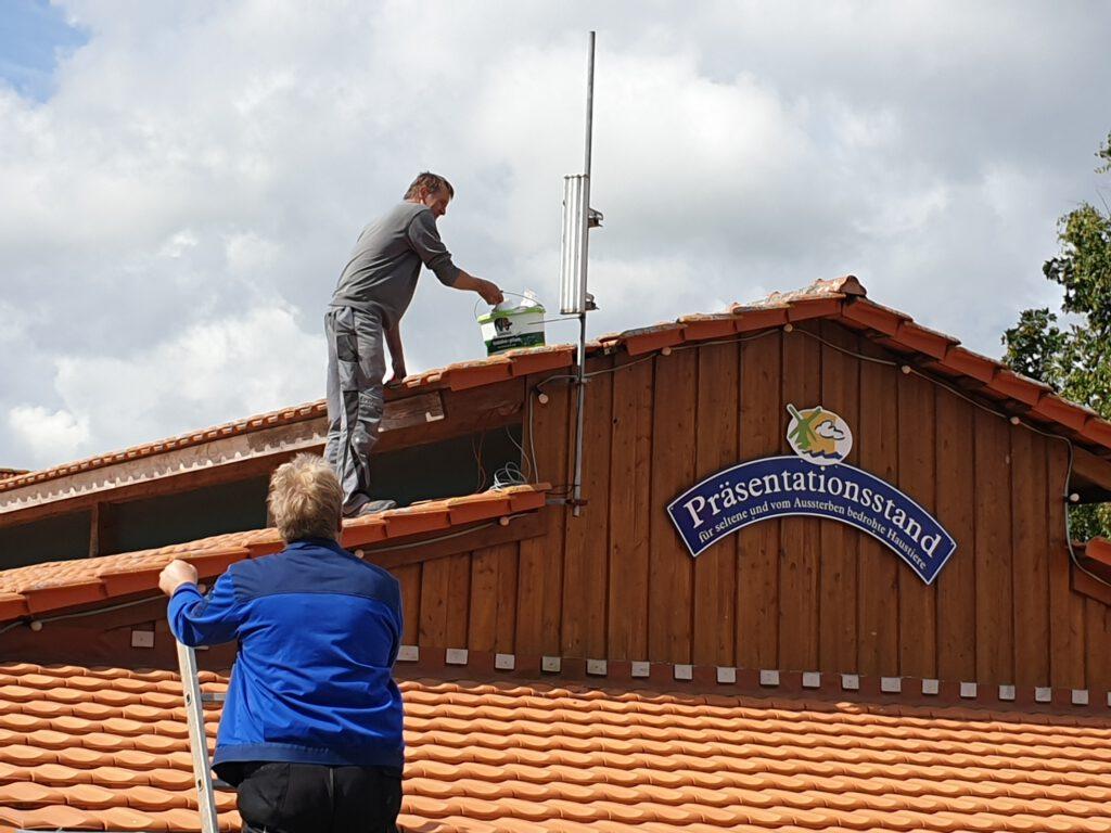 Hoch auf dem Dach Dach werden die Geräte montiert