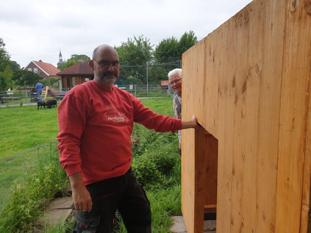 Die Hütte steht. Detlev Reupert und Heinz Olbertz sind mit ihrem neuen Bauwerk zufrieden