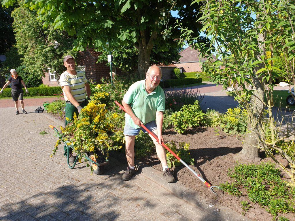 Eddy Goldenstein bringt neue Pflanzen und Kalle Ockenga harkt ordentlich durch