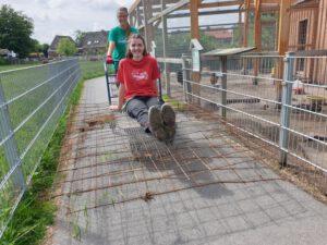 Nele Sindern lässt sich von Stefanie Runge durch den Park Kutschieren