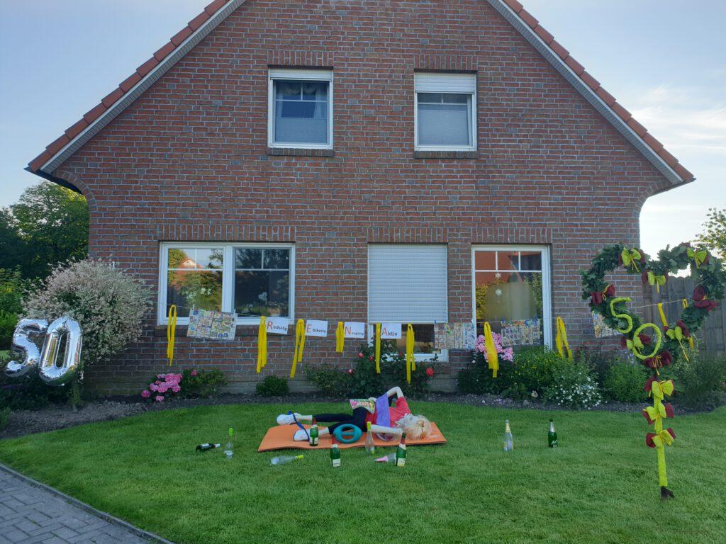 Der Vorgarten ist bunt geschmückt, natürlich in SV-Schwarz-gelb