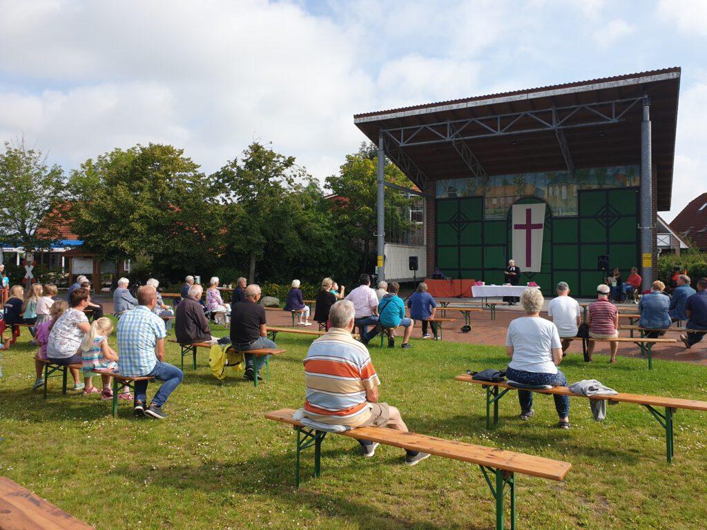 Rund 60 Teilnehmer feierten auf dem Dorfplatz Gottesdienst