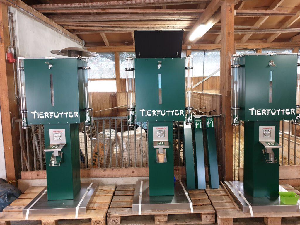 Die neuen Automaten stehen aufbaubereit im Präsentationsstand