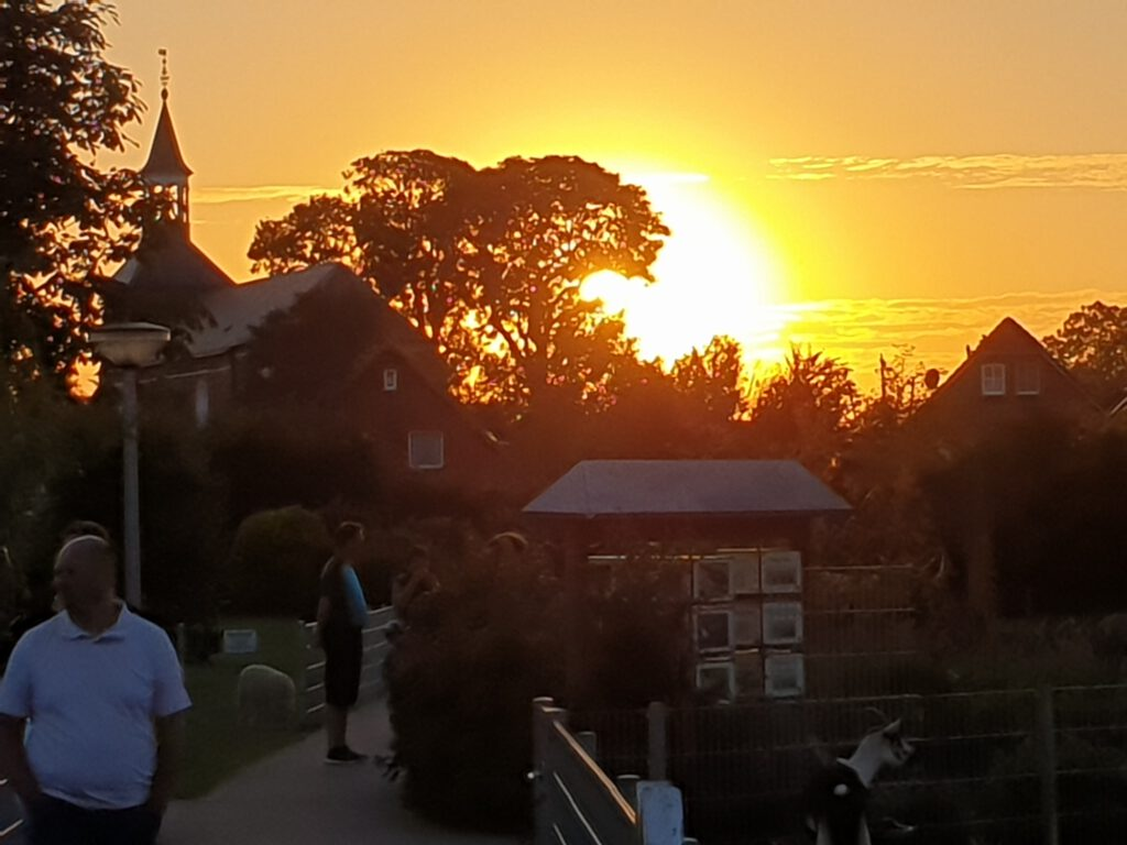 Die Sonne geht neben St.-Nicolai unter