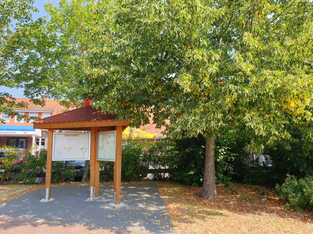 Der schattige Info-Stand am Dorfplatz