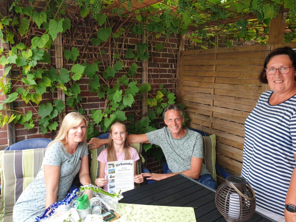 Familie Baumann freut sich mit ihrer Vermieterin Annegret Pieper über die Ehrung