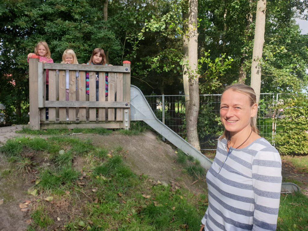 """Die neue Leiterin Sigrun Milde-Jakobs freut sich auf die neue Aufgabe im Werdumer Kindergarten """"Pfiffikus"""".Die """"große"""" Lotta, die """"kleine"""" Lotta und Malina freuen sich mit"""