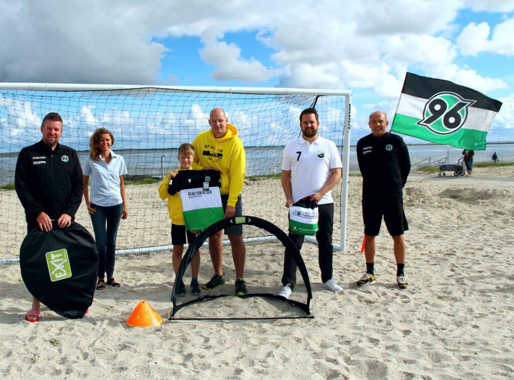 Michael Wolf (Hannover 96), Susanne Mäntele (Kurverein Neuharlingersiel), Tarek und Jörg Pieper (SV Werdum), Eike Sieberns (Frisia Neuharlingersiel) und Ulf Winskowsky (Hannover 96) sind zufrieden mit der Fußballschule