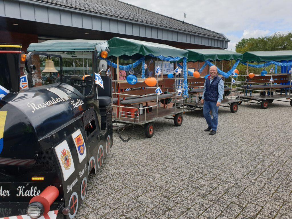 Kalle Ockenga steht zur Abschiedsrunde mit seinem kleinen Zug bereit