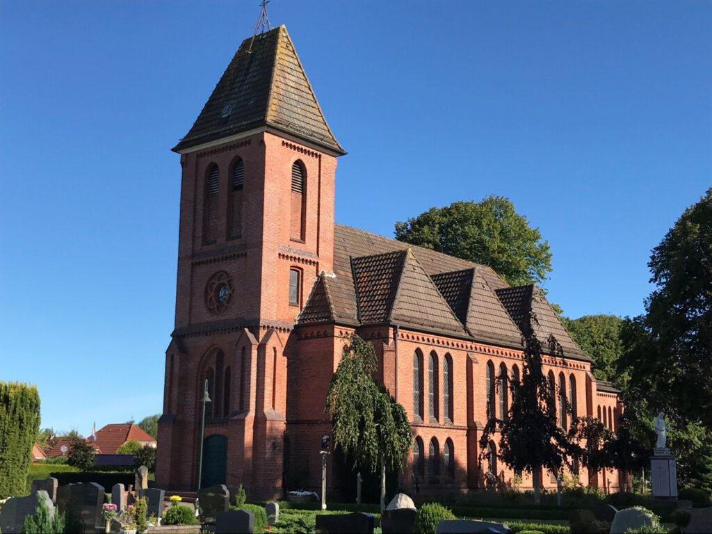 Kirche Münkeboe, Außenansicht des 1900 errichteten Gotteshauses + heutige Außenansicht
