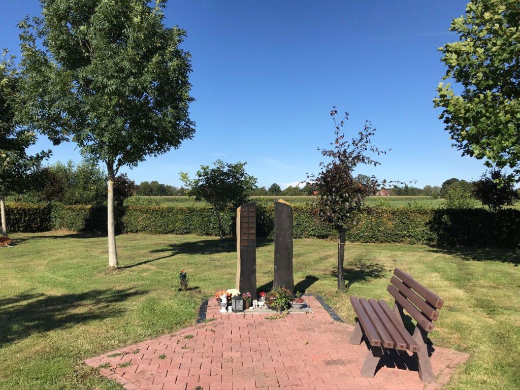 Platz mit Stelen auf dem Waldfriedhof