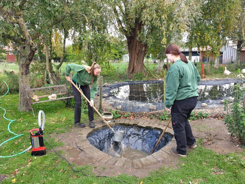 Nantke de Groot und Nadine Aust reinigen auch gleich den benachbarten kleinen Teich auf