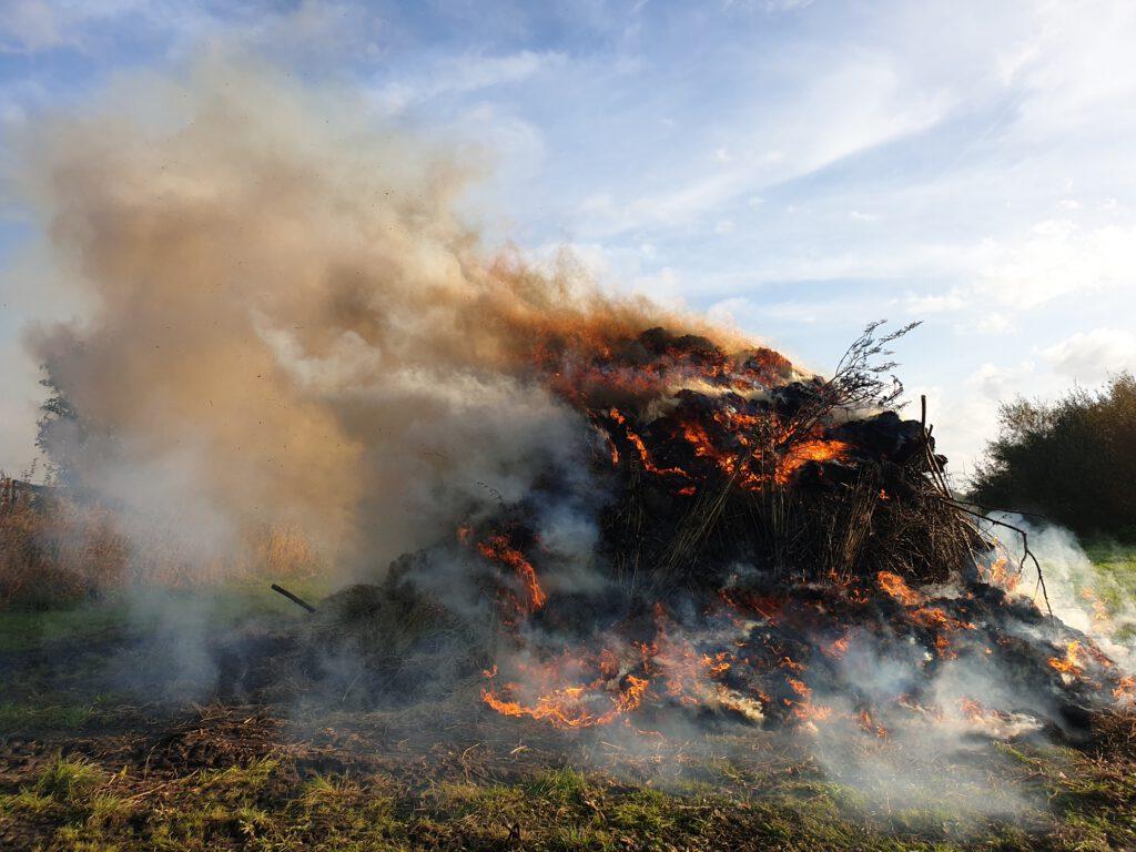 Schon nach wenigen Minuten brannte der Haufen lichterloh