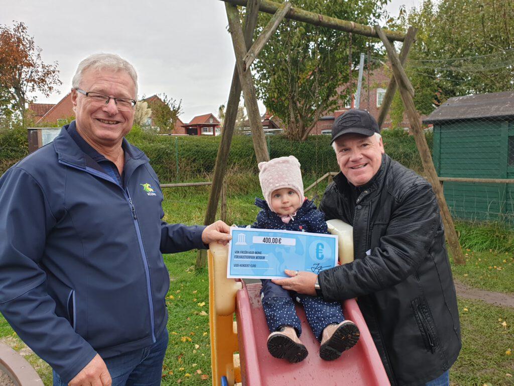 Enkelin Hanna übergibt mit Opa Thomas die Spende an Johann Pieper