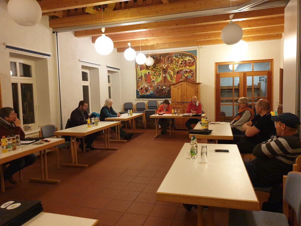 """Die Vertreter der Dorfgemeinschaft sprechen im Gemeindehaus """"auf Abstand"""" über das Veranstaltungsprogramm"""
