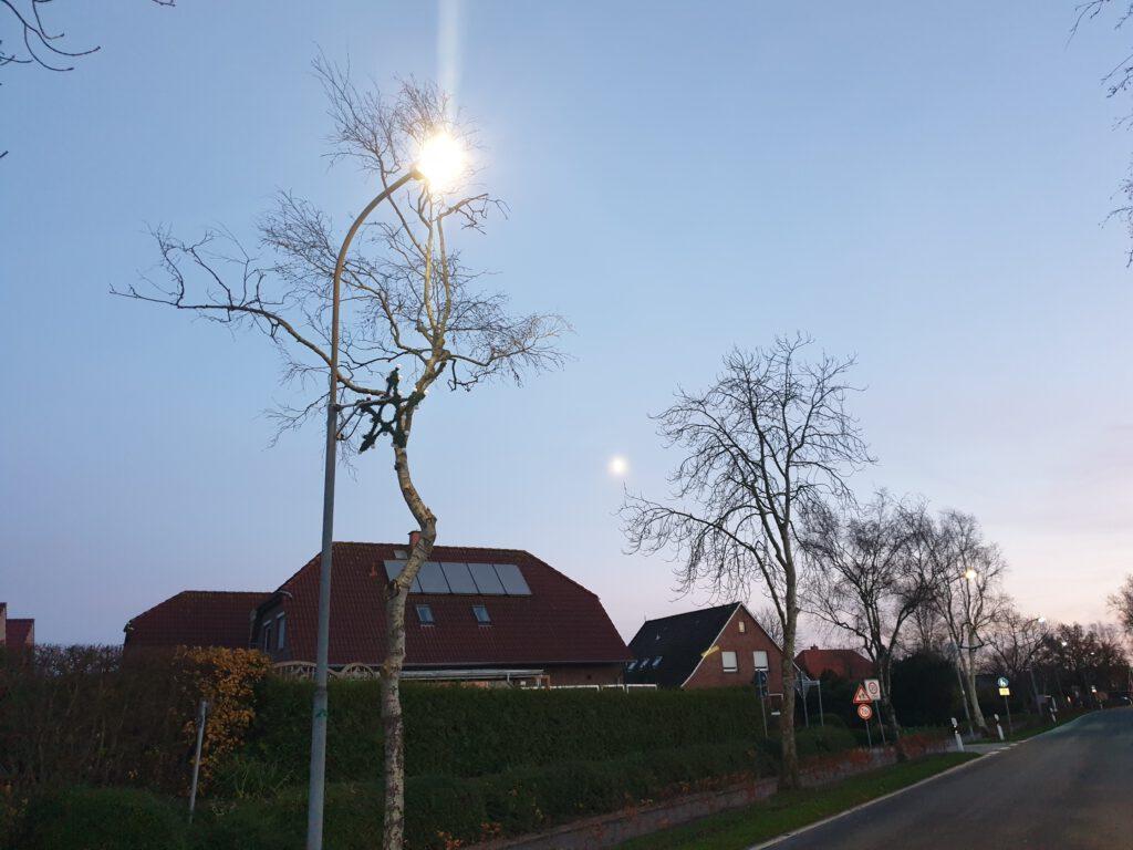 Die neue Lampe strahlt deutlich heller als die alten - der Mond schaut zu