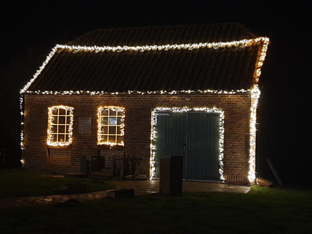 Die historische Schmiede ist weihnachtlich geschmückt