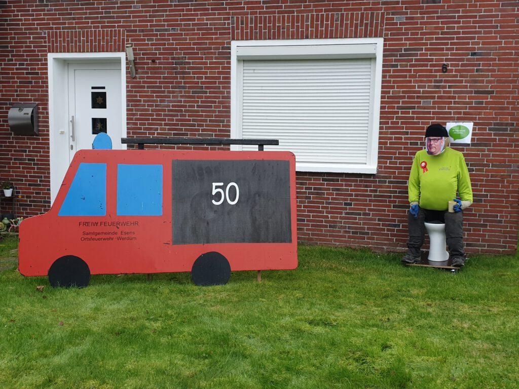 Neben dem Feuerwehrauto scheint der jetzt 50ig-jährige Olliver Thiele zu sitzen