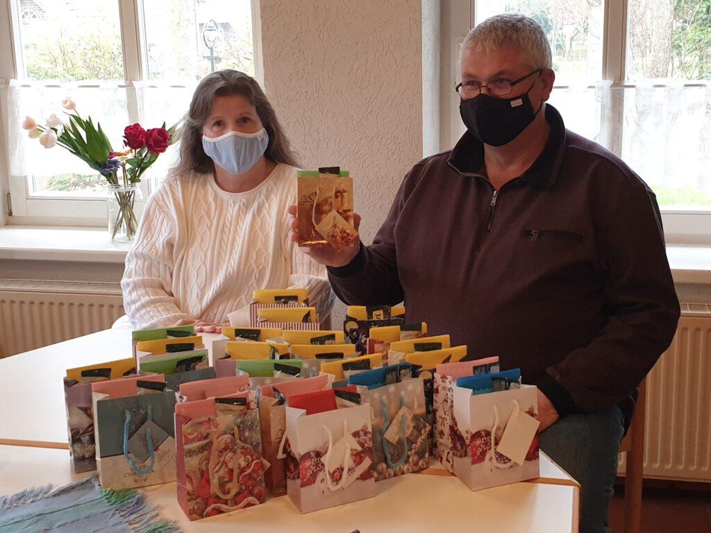 Christiane und Robert Ferres präsentieren die gepackten Tüten