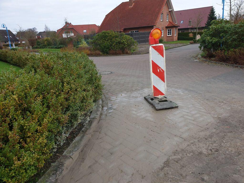 Hier in der Einfahrt zur Schule wird ein neuer Hydrant eingebaut