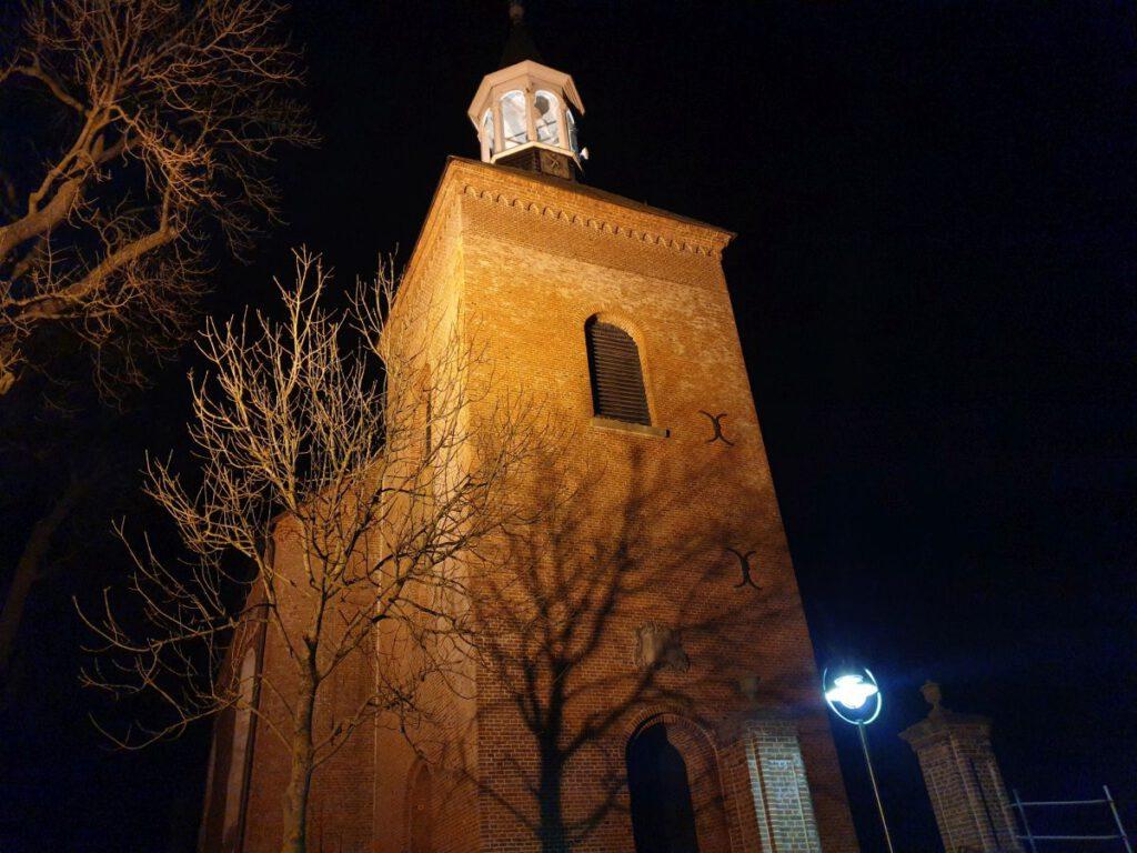 der angestrahlte Turm von St.-Nicolai ist weithin sichtbar