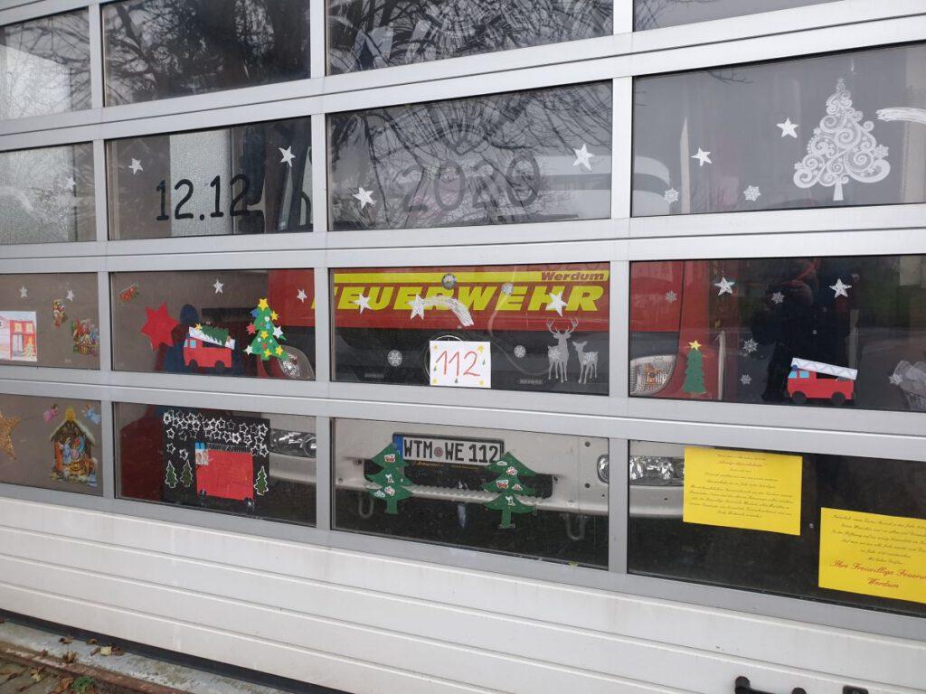 """Das große Hallentor ist von den """"Feuerwehrkindern"""" weihnachtlich geschmückt"""