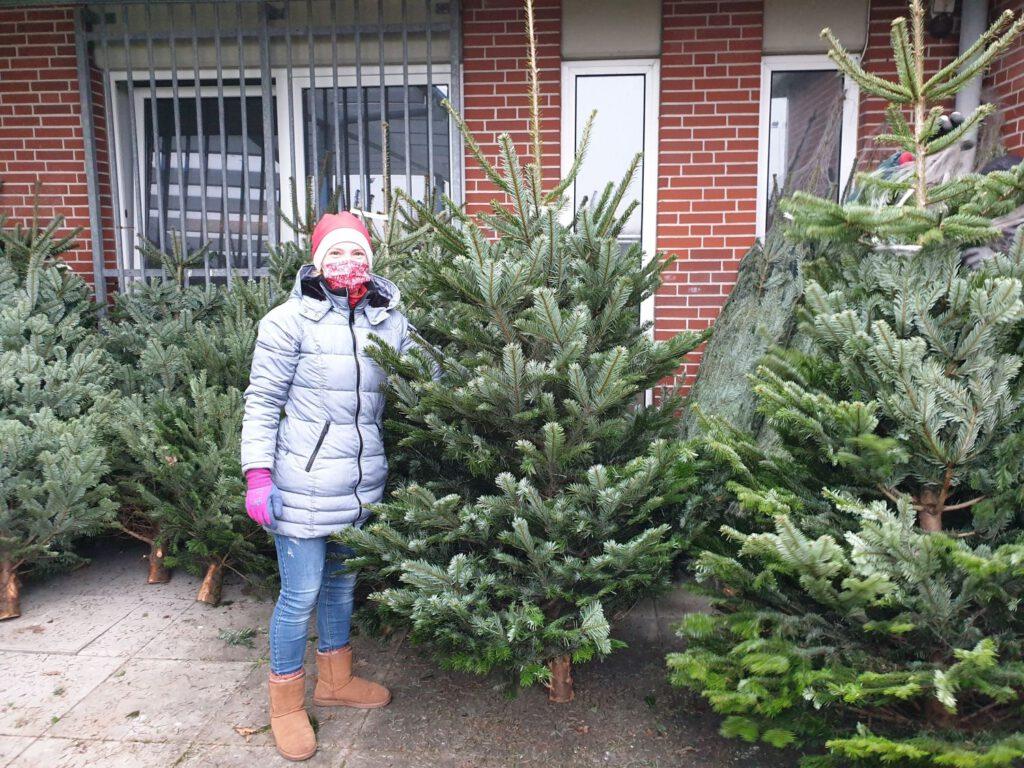 Katy Sandmann präsentiert einen der schön gewachsenen Bäume