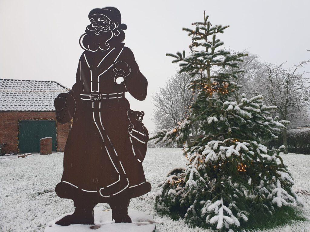 Auch der Weihnachtsmann an der Schmiede stapft durch den Schnee