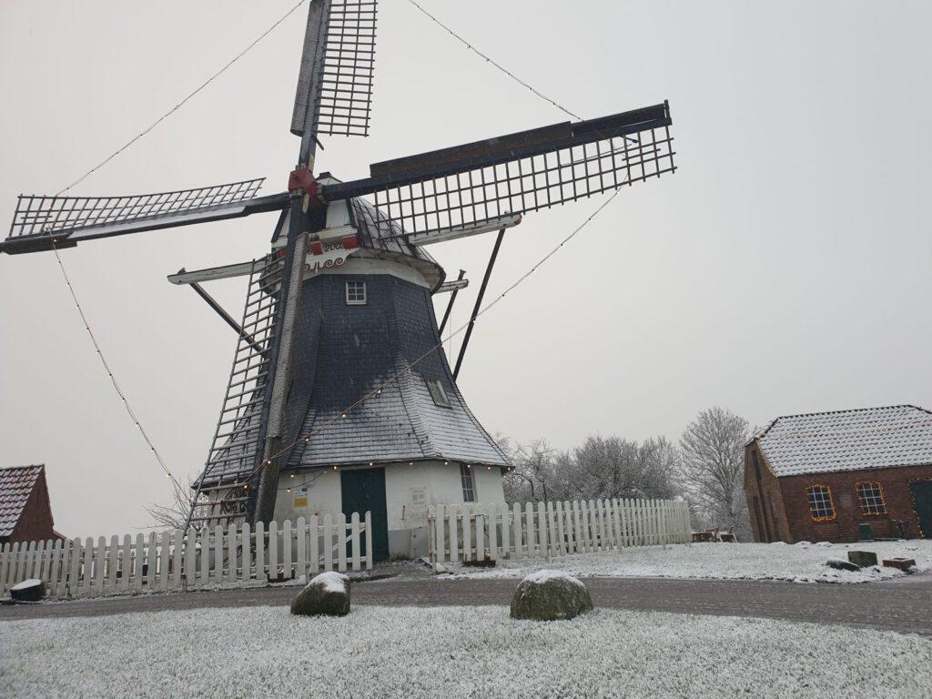 die Mühle ist mit einer leichten Schneedecke versehen