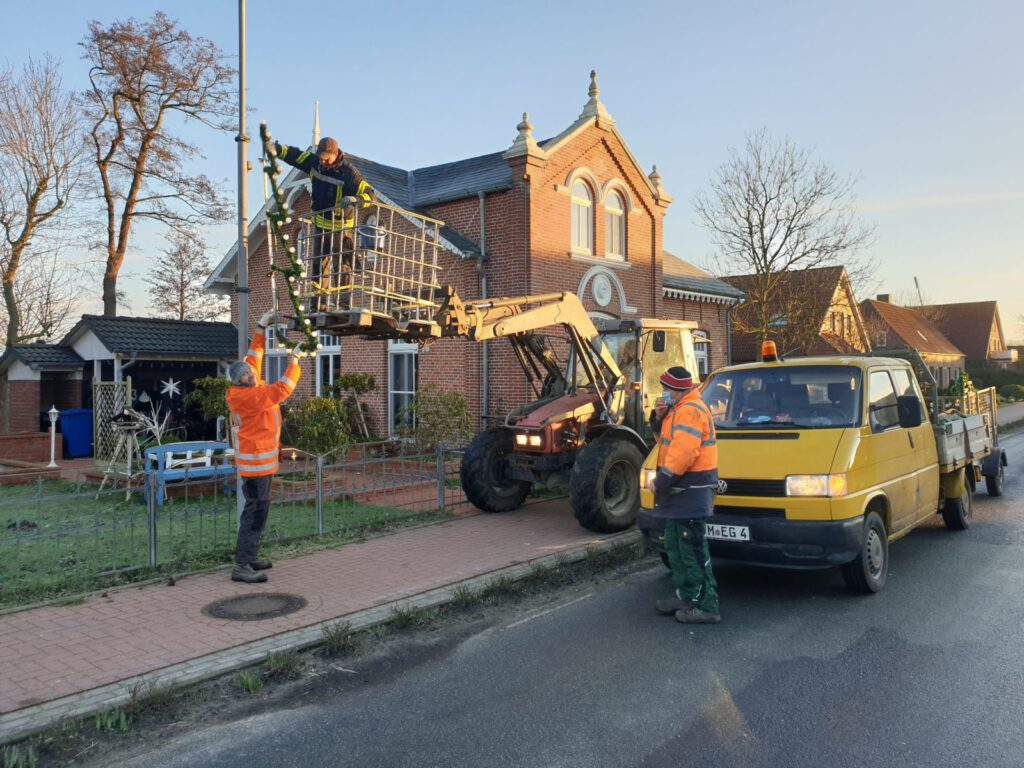 """Auch am """"Mesterhuus"""" wird die Weihnachtsbeleuchtung abmontiert. Mit dem Frontlader von Anne Osterkamp sind Dennis Sandmann und Thomas Jacobs im Einsatz. Eddy Goldenstein sorgt für den Abtransport"""