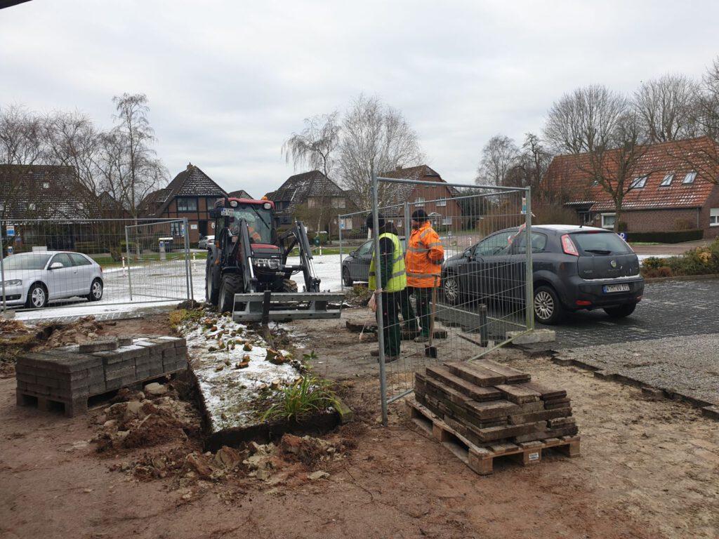 Die Baustelle wird vorbereitet, die letzten Pflastersteine kommen weg